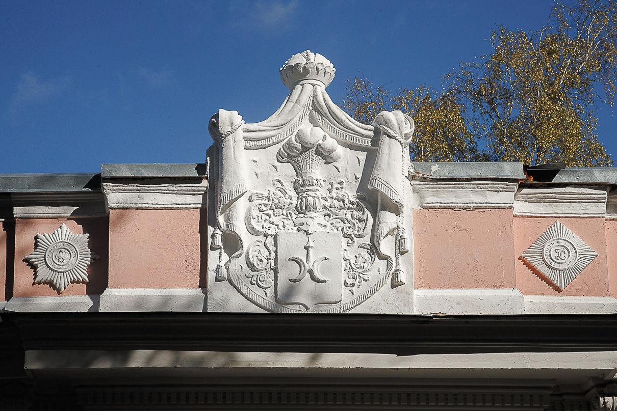 Родовой герб Ромейко-Гурко в картуше над входом в храм. Фото: Александр Бурый