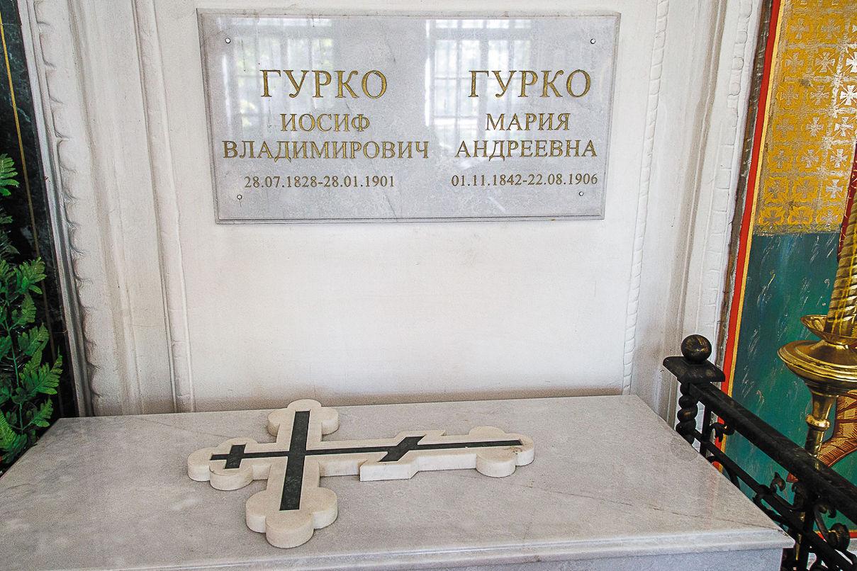 Памятные таблички над саркофагом. Фото: Александр Бурый